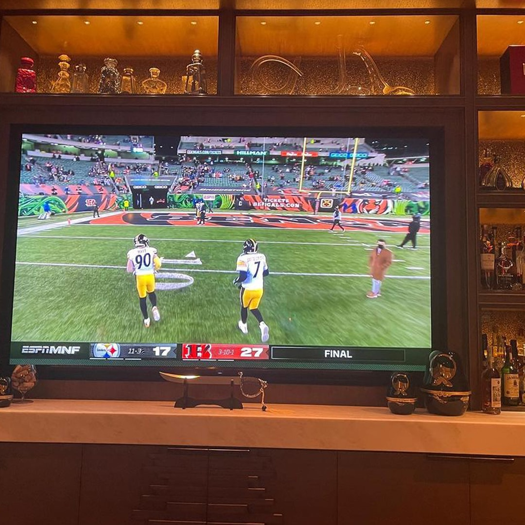 Footbal game on a tv